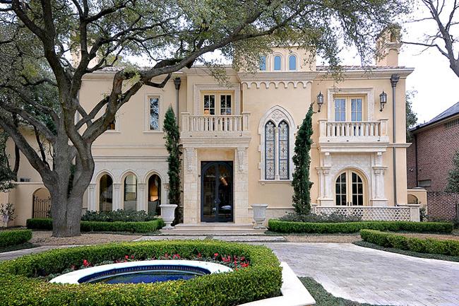 Chúng ta có gì đây? Một ngôi biệt thự sang trọng theo phong cách Tây Ban Nha, thu hút mắt nhìn của mọi người ngay từ vẻ bề ngoài. Biệt thự này nằm ở bang Texas, Mỹ.