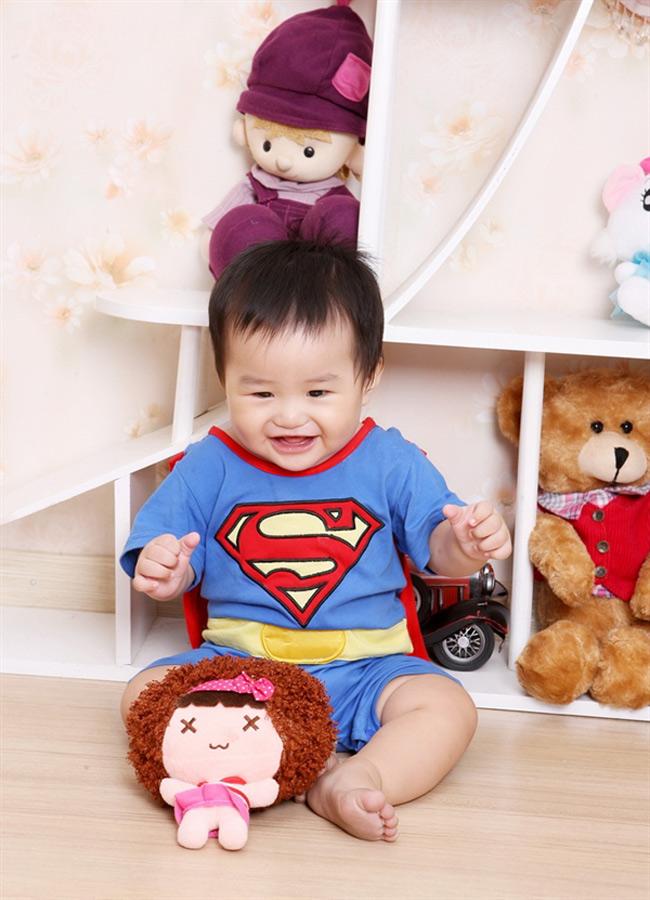 Siêu nhân? Có một bé rất là xinh trai đang mặc áo siêu nhân đây nhé.