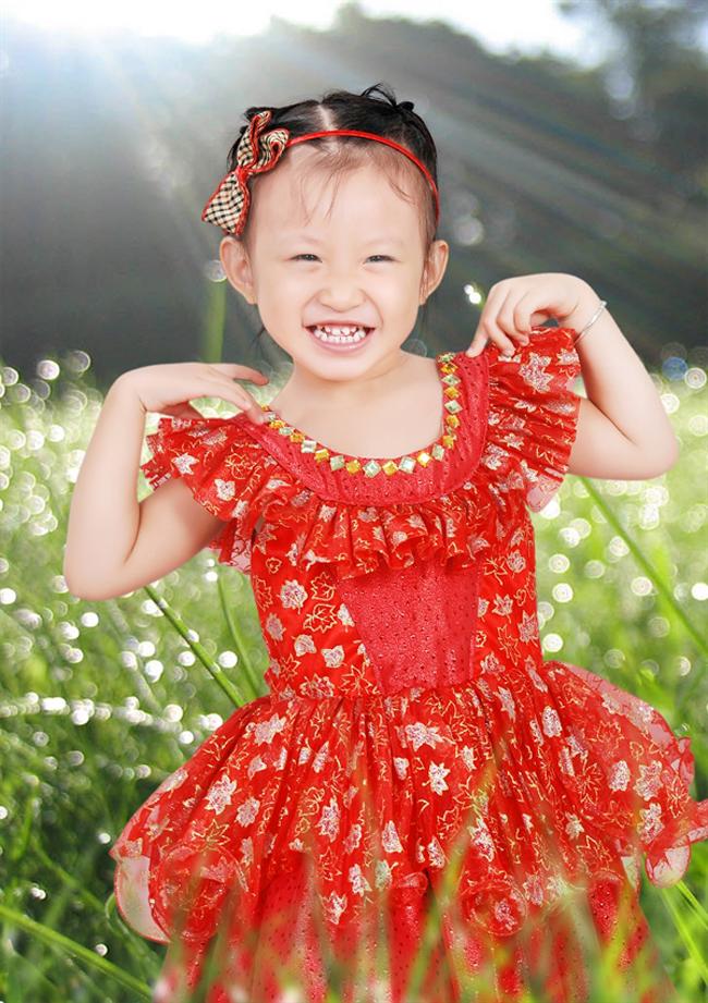 ...cô bé siêu quậy này của bố mẹ càng thêm tự tin hơn.