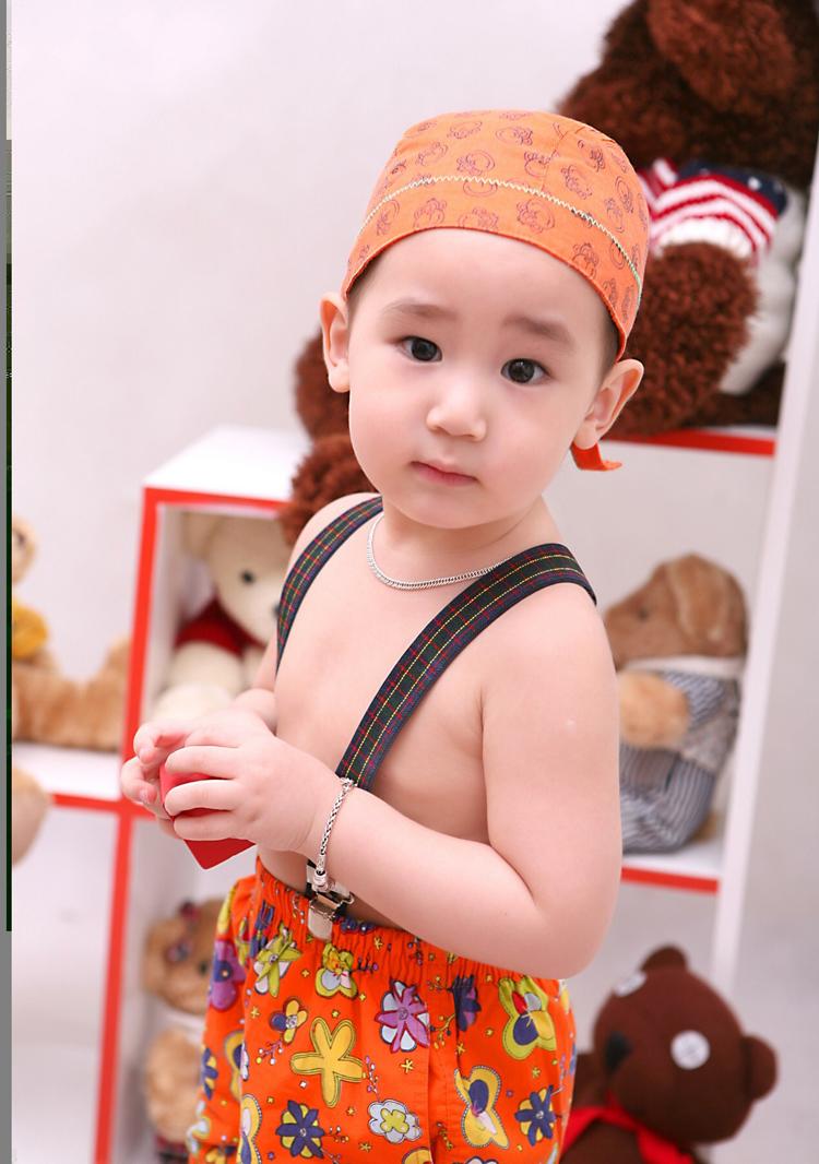Xuất hiện trên Eva.vn hôm nay là một cậu bé xinh trai và ăn mặc... hơi sexy mặc quần mà không mặc áo.