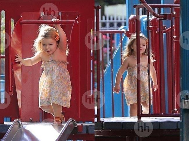 Gần đây, những hình ảnh về Harper Beckham, côcông chúa nhỏ nhà Beck - Vic với mái tóc vàng óng ả và chiếc váy xinh như thiếu nữ trượt cầu trượt trong công viên đã khiến nhiều người ngỡ ngàng. Harper ngày nào giờ càng lớn càng xinh. Cô béluôn là trung tâm chú ý của các phóng viên báo chí bởi sự đáng yêu của mình.