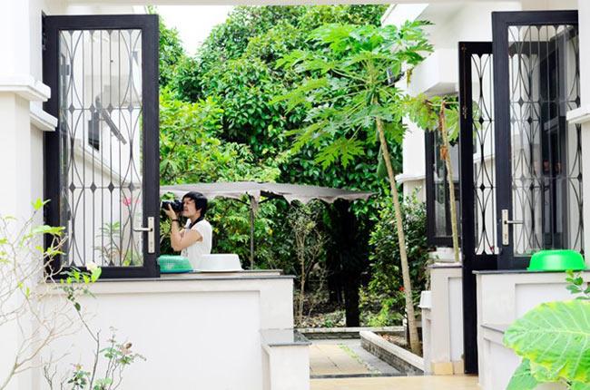Phòng bếp và phòng khách được thiết kế tách biệt làm hai gian nhà, nối giữa là lối đi lộ thiên rất thông thoáng.