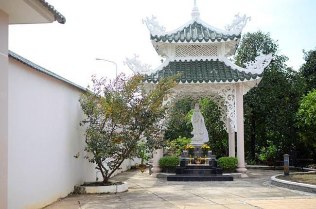 Nhìn từ phía ngoài, nơi ở của Việt Trinh giống với một ngôi biệt thự xa hoa lộng lẫy với khoảng không gian rộng rãi, tuy nhiên, khi bước vào trong, căn nhà của Người đẹp Tây Đô không hoành tráng như bên ngoài. Ngôi nhà hai mẹ con sinh sống nằm nhỏ gọn giữa một không gian vườn tược tươi tốt với nhiều loại hoa và cây ăn trái. Phía sau cánh cổng là khoảng sân trước nhà rất rộng, phía tay phải ngôi nhà là vị trí đẹp nhất được người đẹp chọn lựa để đặt một bức tượng Phật Bà Quan Âm. Việt Trinh cho biết, chị thỉnh bức tượng này từ chùa Non Nước về nhà riêng sau khi tham gia bộ phim Duyên trần thoát tục. Chị có thói quen trước và sau khi đi làm về đều tới lễ tại tượng Phật này để cầu xin sự bình an, may mắn.