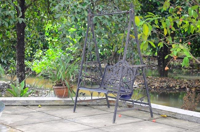 Không gian rộng cho phép chị tạo ra nhiều vị trí thư giản, tận hưởng thiên nhiên vào mỗi sáng sớm. Thêm một chiếc xích đu sắt được đặt bên trái gian nhà gần với khu vườn rộng rãi.