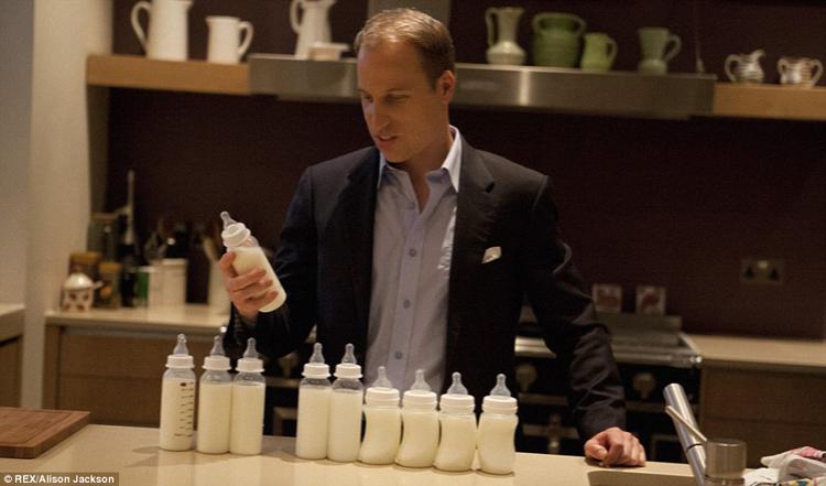 Hoàng tử William đang chọn sữa cho con.