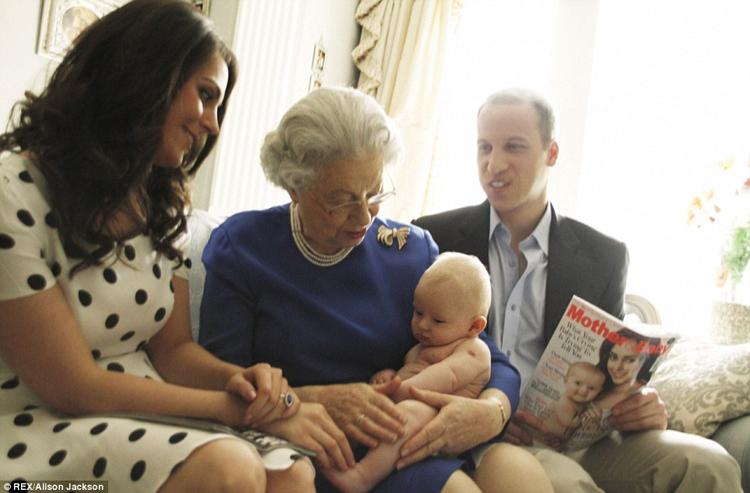 Bà nội cũng hỗ trợ vợ chồng Hoàng tử William bế bé.