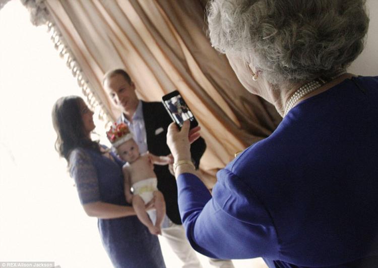 Nữ hoàng Anh không ngần ngại dùng di động chụp ảnh cho gia đình hoàng tử William.