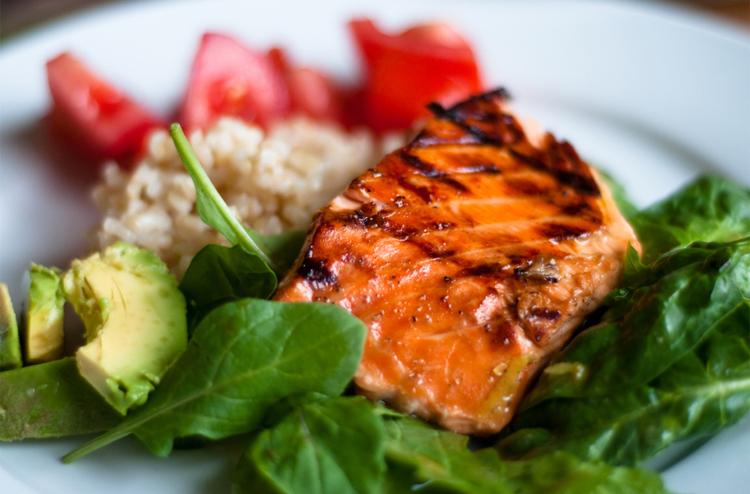 Cá hồi  Khoáng chất Selenium có trong cá hồi giúp sản xuất chất chống oxy hóa có tác dụng bảo vệ trứng và tinh trùng từ các gốc tự do. Nó còn giúp ngăn ngừa nhiễm sắc thể bị vỡ - gây ra dị tật bẩm sinh và sảy thai.