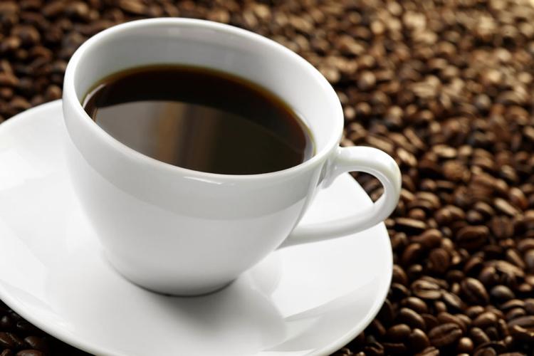 """Caffeine  Hiện tại, vẫn có nhiều tranh cãi về việc liệu uống các loại thức uống có chứa caffeine có khiến vấn đề hiếm muộn trở nên trầm trọng hơn hay không. Song nếu đang hy vọng có """"tin vui"""", tốt nhất chị em và đối tác nên cắt giảm những loại đồ uống như nước ngọt, cola, cà phê, trà, sô cô la, kem cà phê... Bên cạnh đó, một số loại thuốc giảm đau đầu, chống cảm cúm có thể chứa caffeine. Do đó hãy đọc kỹ hướng dẫn trước khi sử dụng bất kỳ loại thuốc nào các mẹ nhé."""
