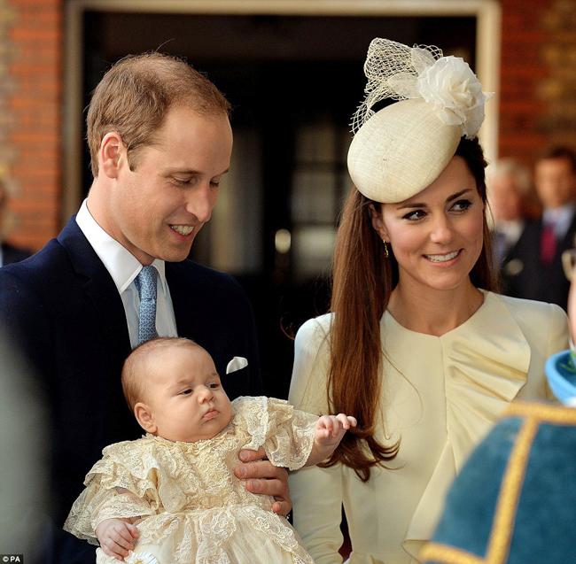 Dưới sự chứng kiến của người dân Anh cùng cái nhìn của mọi người khắp nơi trên toàn thế giới, chàng Hoàng tử nhí George Alexander Louis xứ Cambridge có cách cư xử xứng tầm một nhân vật trong hoàng gia trong buổi Lễ rửa tội mới đây. Không khóc lóc, không vòi vĩnh, cậu bé con của Hoàng tử Anh William và công nương Kate khiến nhiều người trầm trồ thán phục.