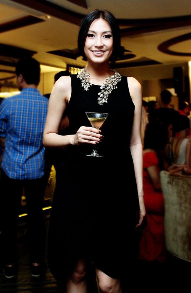 Kathy Uyên nổi bật với đầm đen. Vóc dáng cao, mảnh mai giúp cô dễ dàng diện đẹp nhiều kiể đầm.