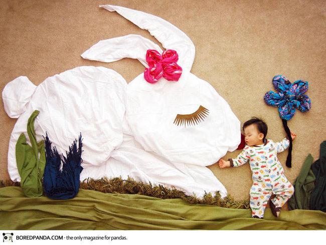 Em bé và bạn thỏ trắng!