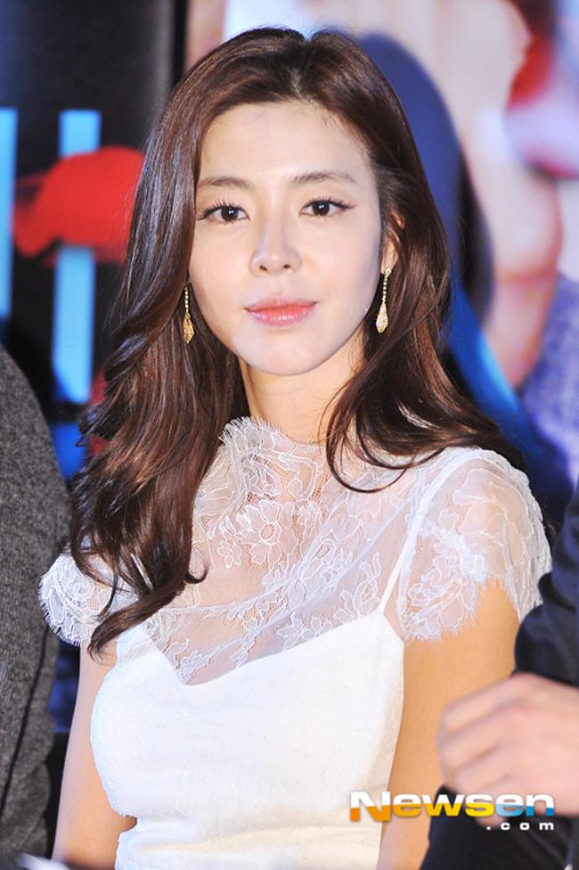 Tái xuất với bộ phim mới I Love You! Jin Yeong sau thời gian dài vắng bóng, Kim Gyu Ri khoe nét tươi trẻ đáng yêu trong buổi họp báo ra mắt phim.