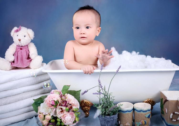 Con chào cả nhà, con tên là Nguyễn Quốc Thái. Ở nhà, bố mẹ thường gọi con là Bi béo. Con sinh ngày 18/10/2012.
