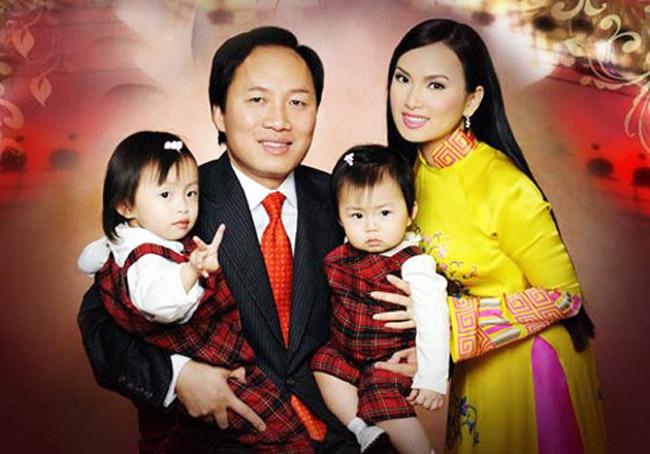 1. Biệt thự lộng lẫy của Hà Phương  Xét về sự nghiệp, Hà Phương có vẻ không nổi tiếng bằng cô chị là Cẩm Ly và cô em Minh Tuyết. Tuy nhiên, nữ ca sĩ này lại có cuộc sống khá viên mãn. Cô kết hôn với doanh nhân Chính Chu vào năm 2002 tại Mỹ và hiện đã có 2 cô công chúa xinh xắn, đáng yêu.  Chính Chu là một tỷ phú tại Mỹ và đứng đầu trong top những doanh nhân gốc Việt thành đạt nhất xứ cờ hoa. Ông hiện là Giám đốc Quản trị tài sản của Tập đoàn Blackstone, với những khoản đầu tư từ 250 triệu cho đến 1,5 tỷ USD.  Ở tuổi 44, ông Chính Chu có tài sản lên tới hơn 1 tỷ USD. Chính vì thế, không khó hiểu khi Hà Phương có một cuộc sống viên mãn. Chỉ thi thoảng cô mới tham gia biểu diễn hay về nước làm từ thiện, thời gian còn lại, cô dành toàn bộ cho gia đình.