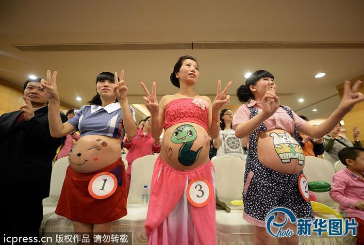 """Một cuộc thi cực độc đáo dành riêng cho mẹ bầu vừa được tổ chức tại khoa sản của Bệnh viện Chăm sóc sức khỏe bà mẹ và trẻ em ở Trùng Khánh, Trung Quốc.    Tin liên quan:  Đẻ mổ sợ nhất sổ bụng  Lá mít – """"Thuốc tiên"""" cho mẹ sau sinh  Bầu bí """"yêu"""", tốt lắm đấy  Đẻ à? Sướng đấy nhưng đau lắm!"""
