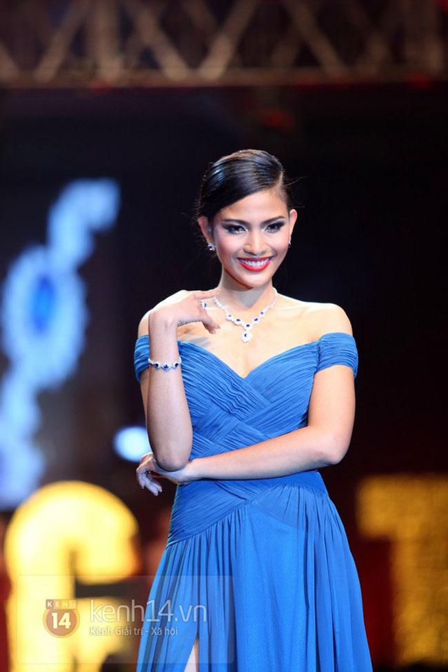 Trương Thị May nổi bật trên sân khấu với đầm xanh trễ vai.