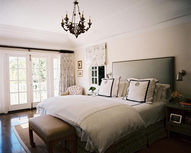 """Nắng chiếu vào đầu giường hoặc để đầu giường có nguồn sáng mạnh chiếu vào gọi là """"Hung quang"""". Đầu giường bị nắng chiếu vào thường gây cho bạn hay cáu kỉnh, nóng nảy; các nguồn sáng mạnh khác chiếu vào đầu giường sẽ ảnh hưởng không tốt tới """"số đào hoa"""" của bạn.  Tốt nhất nên thay đổi vị trí đầu giường. Nếu không được có thể dán giấy kính lọc phản quang, sau đó mắc rèm che nắng cho đầu giường của bạn."""