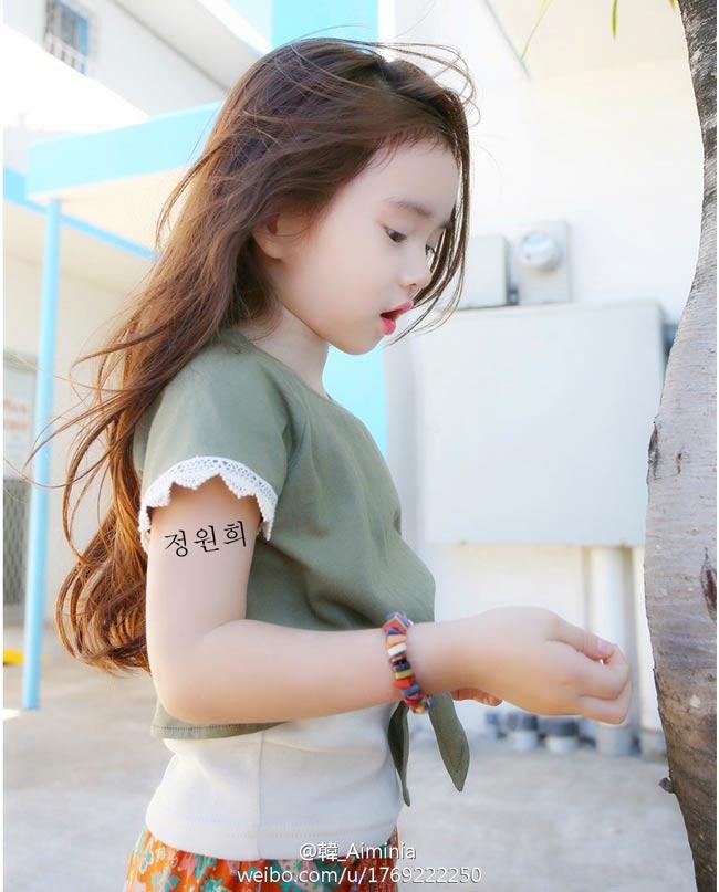 """Cô béJeong Wonhee hiện đang là một trong những cái tên được truyền thông Trung Quốc rất chú ý vì vẻ xinh đẹp và đáng yêu.Các trang báo Trung Quốc đồng loạtgọi cô bé là """"thiên thần nhí của xứ củ sâm""""."""