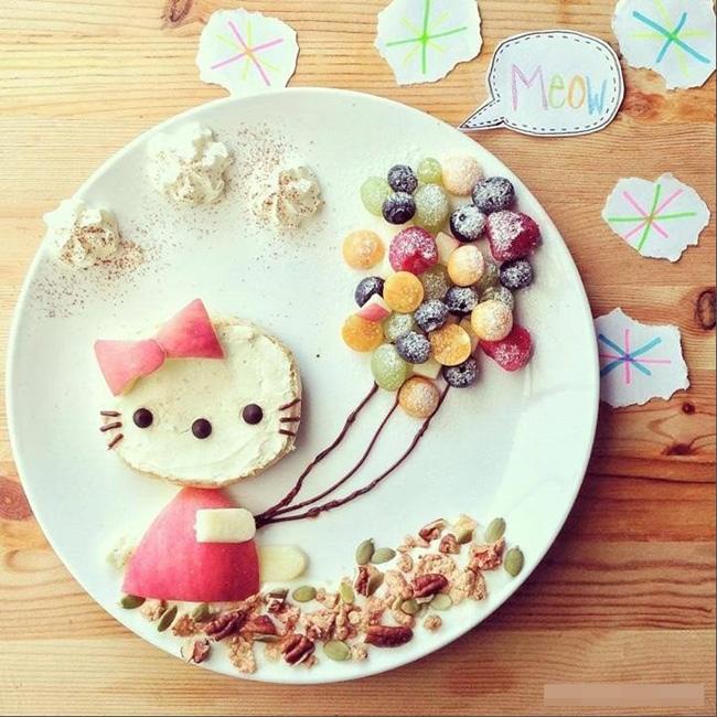 Việc trang trí để khẩu phần ăn của bé thêm hấp dẫn là điều chị em được khuyến khích làm. Tuy hơi mất thời gian một chút nhưng chắc chắn nó sẽ là động lực để bé ăn nhiều và ngon miệng hơn, nhất là đối với các bé lười ăn.  Đây là ý tưởng trang trí bữa ăn sáng của bé với hình chú mèo Kitty bằng bánh mỳ phết kem, cùng các loại quả hạt bổ dưỡng như nho, việt quất, táo, dâu tây, kem tươi, sô cô la, hạt óc chó... Trông thật hấp dẫn phải không nào?
