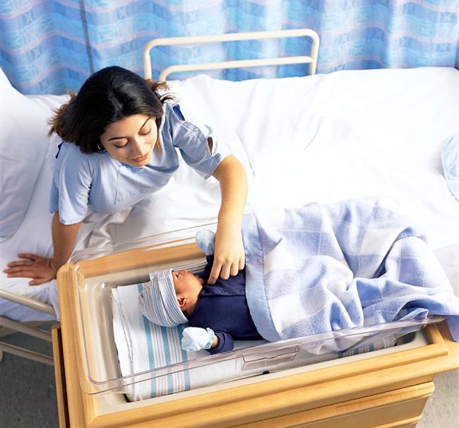"""Sau ca sinh nở, cho dù sản phụ đang rất mệt mỏi nhưng chị em vẫn cần phải làm những việc này để mẹ nhanh phục hồi và bé sớm hòa nhập với thế giới mới nhé!  BÀI LIÊN QUAN:  Uống gì để sữa mẹ nhiều ướt áo?  Sai lầm 'chết người' khi ở cữ  Bí mật sau cánh cửa phòng đẻ  'Xem tận mắt' ca đẻ thường tại nhà  Để thai nhi thông minh từ lúc cấn thai  Kiệt quệ vì bầu bí bị nhà chồng 'hành'  Đẹp 'mòn con mắt' sau sinh - Khó gì?  Nghìn kế """"thu nhỏ"""" vùng kín sau sinh"""