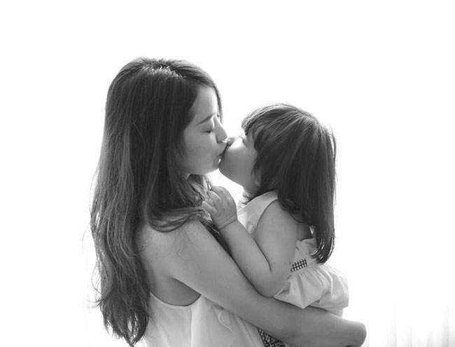 Được hỏi về chuyện liệu cô giáo Mi Vân có cho con gái theo nghiệp đàn hát, bà mẹ xinh đẹp trả lời:  Quan điểm của mình là để con phát triển một cách tự nhiên nhất. Khi nào con muốn học, mình sẽ tạo điều kiện cho con học. Hiện tại, mình cảm thấy Bào Ngư rất yêu thích âm nhạc, có tính kiên nhẫn nên có thể mình sẽ sớm cho con học đàn, giống mẹ ngày xưa.  BÀI LIÊN QUAN  Hotgirl tiểu học đẹp như gái 20  Con Trương Quỳnh Anh kháu khỉnh không ngờ  Con Thanh Thảo Hugo trắng xinh 'hút hồn'  'Choáng' bé 6 tuổi xinh như hotgirl  Ngắm con gái thiên thần của DV Hồng Đăng  'Phát sốt' với cô bé 'Suri Việt Nam'  Mình tôn trọng mọi quyết định của con.