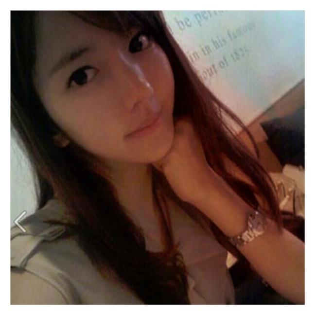 Cô giáo này tên là Hyun Sun, sinh ngày 5 tháng 11 năm 1985,28 tuổi, hiện giảng dạy tại một trường đại học ở Hàn Quốc.