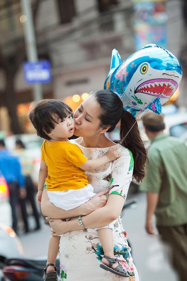 Bé Todd, con traiHoa hậu thân thiện 2008 Dương Thùy Linh càng lớn càng đáng yêu vô ngần.