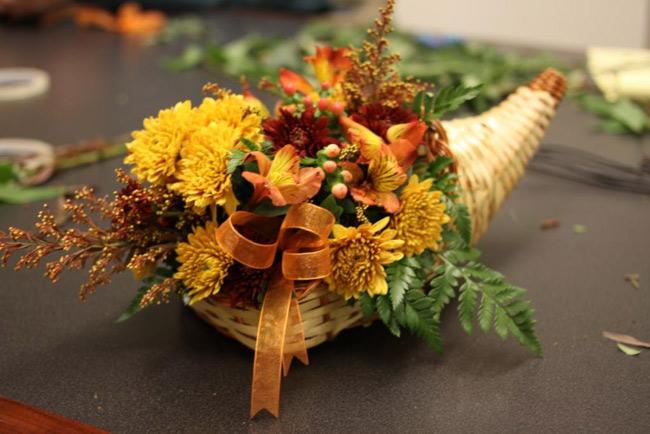 Và đây là tác phẩm tuyệt đẹp của chúng ta.  Các bạn thân mến, bên cạnh những món quà, những tấm thiếp đầy lời chúc thì hoa tươi cũng giúp chúng ta truyền tải rất nhiều tình cảm tới các thầy, các cô trong ngày Nhà giáo Việt Nam 20/11 tới.  Chúc các bạn cắm được một giỏ hoa thật đẹp để tặng cho thầy cô giáo của mình!  BÀI LIÊN QUAN:  Cắm hoa cúc để bàn đẹp trong 5 phút  Tặng chị em mẹo cắm hoa tươi lâu  Cắm hoa xen quả đơn giản, đẹp mắt  Cắm hoa hồng cho ngày cưới mê ly  4 mẫu cắm hoa với bí ngô độc đáo  Cắm cẩm tú cầu cho nhà đẹp hết cỡ  3 mẫu hoa đẹp cắm nhanh chỉ 3 phút  5 cách cắm hoa để bàn chị em mê tít