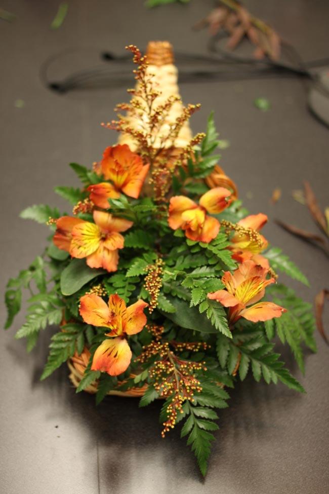 Sau khi đã hoàn thành phần nền cơ bản, các bạn chuyển sang cắm hai loại hoa chính là hoa lan và hoa cúc. Đối với hoa lan thì chỉ sử dụng 7 - 8 cành là hợp lý, cắm đều phía trước sau và hai bên, không nên cắm quá dày.  BÀI LIÊN QUAN:  Cắm hoa cúc để bàn đẹp trong 5 phút  Tặng chị em mẹo cắm hoa tươi lâu  Cắm hoa xen quả đơn giản, đẹp mắt  Cắm hoa hồng cho ngày cưới mê ly  4 mẫu cắm hoa với bí ngô độc đáo  Cắm cẩm tú cầu cho nhà đẹp hết cỡ  3 mẫu hoa đẹp cắm nhanh chỉ 3 phút  5 cách cắm hoa để bàn chị em mê tít
