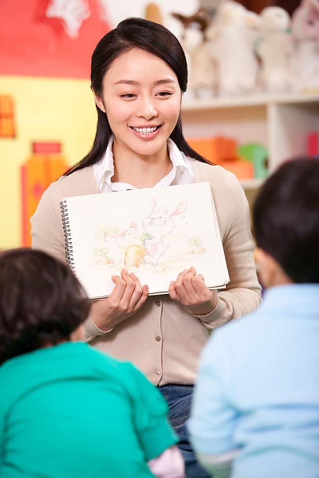 Cô luôn tận tình hướng dẫn cho các em từ những trang sách và cả cuộc sống hàng ngày. Ngay từ khi các em còn nhỏ.