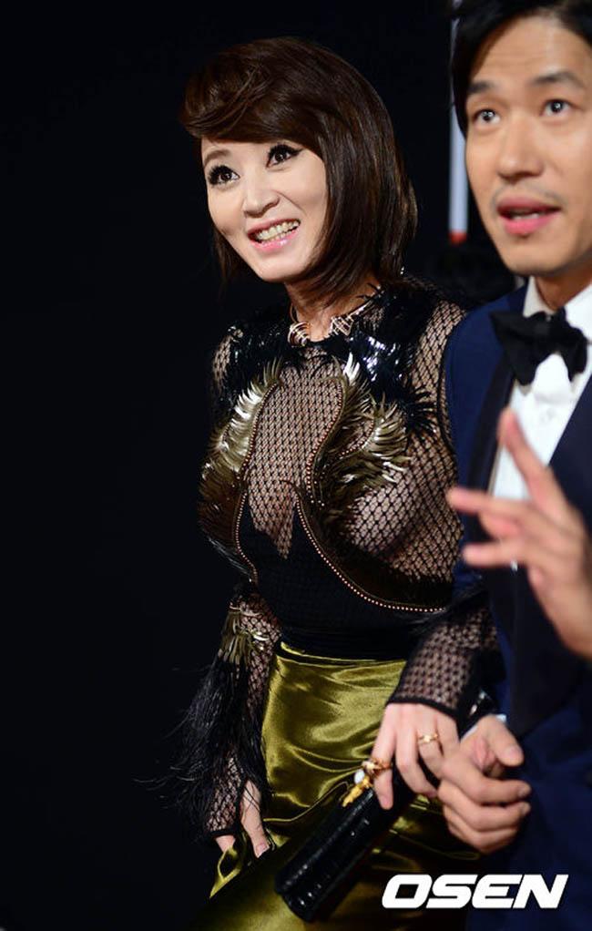 Lễ trao giải điện ảnh Rồng xanh 40 diễn ra tối qua 22/11 thu hút lượng sao 'khủng' tham dự. Ngôi sao 'Thành thật với tình yêu' Kim Hye Soo hút ống kính với vẻ đẹp sexy.