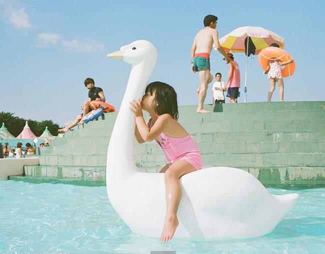 Bộ ảnh cũng cho thấy chân thực và đặc sắc cuộc sống của những đứa trẻ Nhật Bản - một đất nước với phong cách sống và những phương pháp giáo dục rất thú vị và gây tò mò cho thế giới.  BÀI LIÊN QUAN  Mẫu giáoNhậtlàm tôi 'choáng váng'  Choáng: clip mẹNhậtchăm con 'thần tốc'  Hotgirl tiểu học đẹp như gái 20  Cặp song sinh Trung Quốc đẹp như tiên nữ  'Sốt xình xịch' với bộ ảnh em bé...bay  'Người đàn ông' đáng yêu của Kim Hiền  'Phát sốt' với cô bé 'Suri Việt Nam'  Mở to mắt nhìn dâuNhậtchăm con