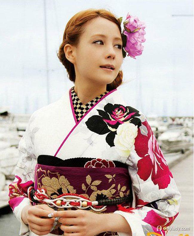 Phụ nữ Nhật sở hữu làn da trắng mịn màng, vẻ đẹp nhu mì thuần khiết. Khi khoác lên mình bộ cánh Kimono sặc sỡ, trông họ lộng lẫy như đóa hoa xinh chực hé nở.