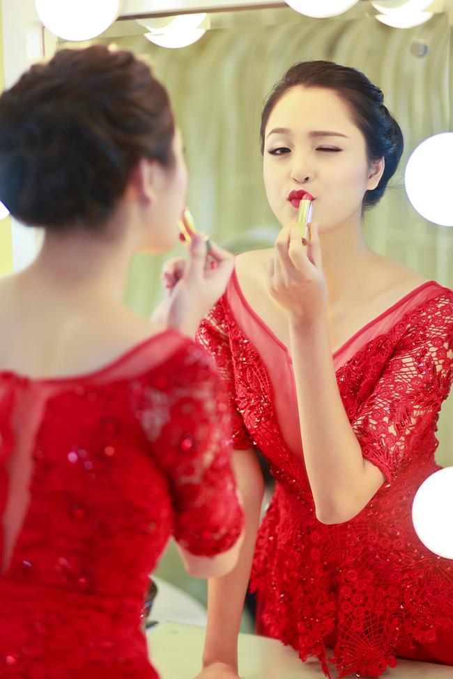 Trong bộ ảnh mới thực hiện, Hoàng Anh đã lựa chọn bộ đầm đỏ tuyệt đẹp của nhà thiết kế Hà Duy.