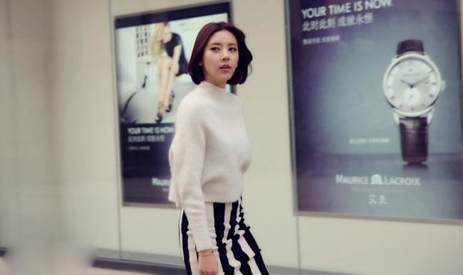 Chân váy bút chì kẻ sọc trắng đen bắt mốt cùng áo len trắng mang đến ấn tượng tuyệt vời.