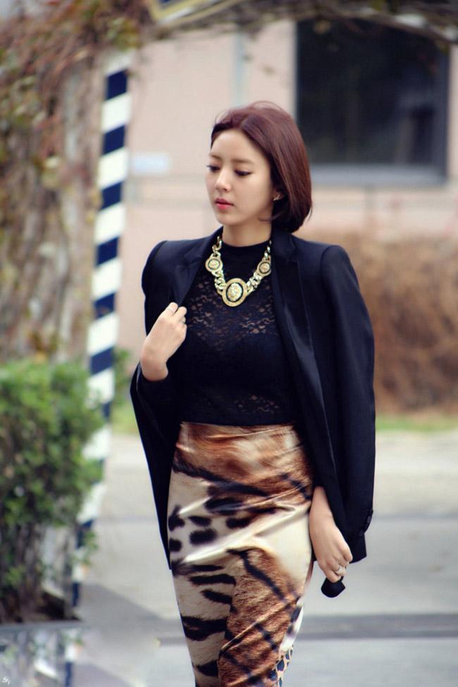 Ngày lạnh, người đẹp đổi style với áo vest dài, áo len và chân váy bút chì họa tiết.