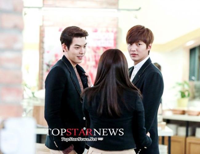 Tình địch lần này của Lee Min Ho trong The Heirs là Kim Woo Bin (đóng vai Choi Young Do). Cả hai đã có những màn đấu đá ấn tượng khiến khán giả cười nghiêng ngả.