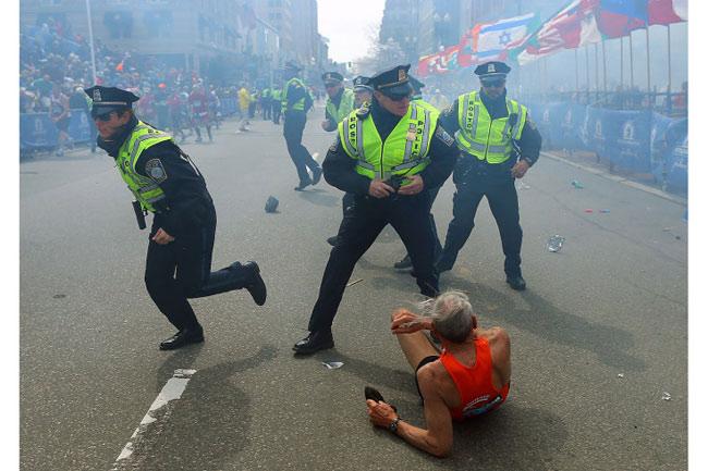 Cụ Bill Iffrig, 78 tuổi, ở Lake Stevens, Washington đã bị ngã khụy do sức công phá của vụ nổ bom đầu tiên trong vụ tấn công nhằm vào cuộc thi chạy marathon ở Boston, Mỹ vào ngày 16/04 vừa qua. Song ông đã thoát nạn với chỉ một vết xước ở đầu gối. Thậm chí ông còn cán được đích sau khi được các nhân viên của cuộc đua marathon giúp đứng dậy.