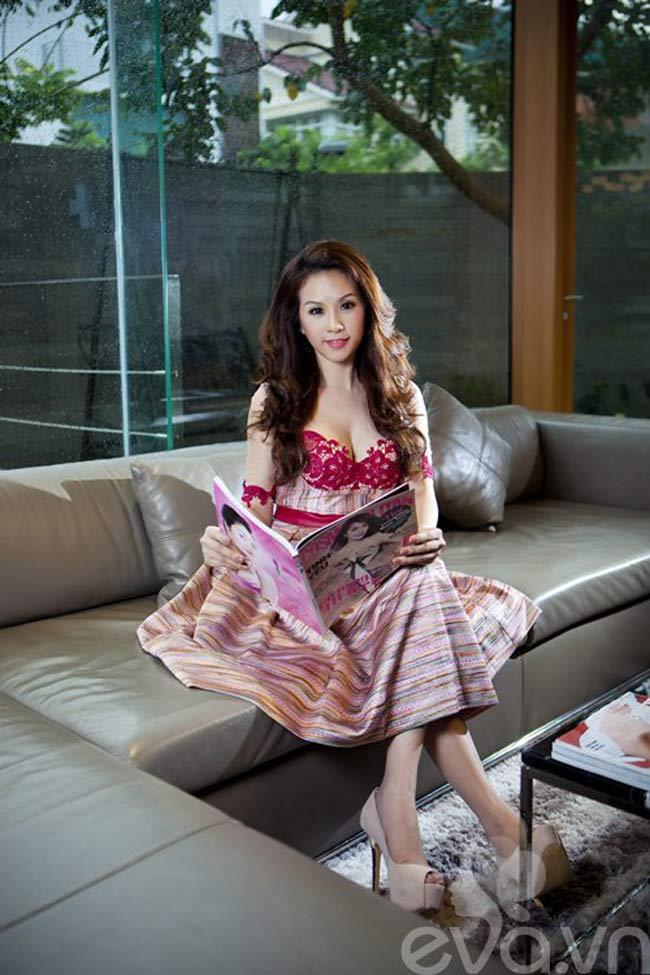 """1. Biệt thự """"sang chảnh"""" của HH Thu Hoài  Mấy ai biết, Hoa hậu phu nhân người Việt thế giới Thu Hoài còn là một doanh nhân rất thành công trong lĩnh vực làm đẹp, vì vậy, người đẹp rất kỹ tính trong việc trang trí và làm đẹp cho tổ ấm của mình.  Biệt thự 400m2 của người đẹp không quá màu sắc nhưng rất tinh tế, sang trọng, hiện đại và gần gũi với thiên nhiên. Đây thực sự là tổ ấm lý tưởng dành cho cô cùng chồng và ba người con."""