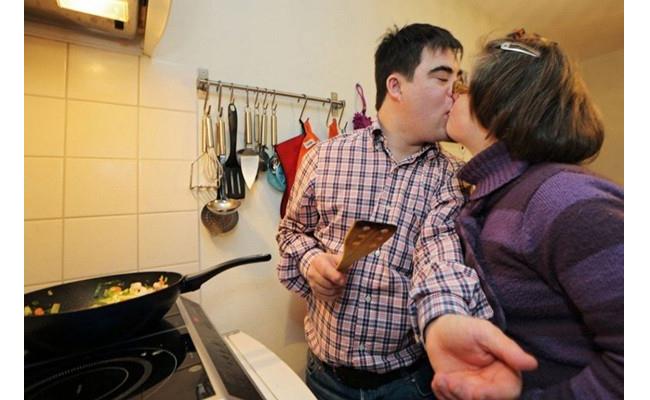 Nhìn cảnh tượng này, nhiều cặp vợ chồng phải học tập. Họ thể hiện tình yêu mọi lúc, mọi nơi!