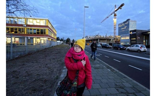 Cô cũng rất cầu tiến khi tham gia lớp học về sắp xếp và quản lý siêu thị. Trong ảnh, Lize đang trên đường đi học.