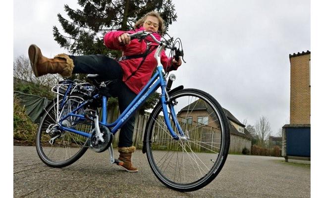 Lizza đi làm trên chiếc xe đạp quen thuộc.