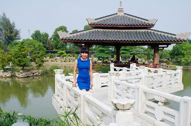 Khánh Ly được công chúng biết đến khi đoạt giải nhì Tiếng hát Truyền hình Hà Nội 2006 và giải 3 dòng Thính phòng cuộc thi Sao Mai 2011. Tuy nhiên, cô không chạy show như nhiều ca sĩ khác mà chuyên tâm vào công việc giảng dạy với trung tâm đào tạo âm nhạc riêng và chăm sóc gia đình.
