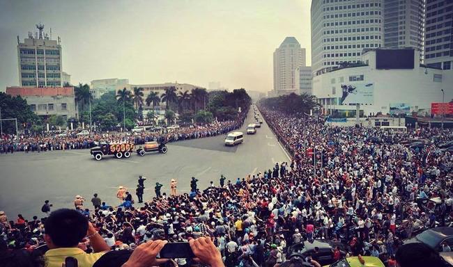 Chiều tối 4/10/2013, cả đất nước Việt Nam lặng người đau đớn khi nhận được tin người học trò xuất sắc của Chủ tịch Hồ Chí Minh - Đại tướng Võ Nguyên Giáp đã từ trần. Sự ra đi của Người để lại nỗi thương tiếc, nỗi đau khôn xiết của toàn dân tộc. Hàng trăm ngàn người xếp hàng tiễn đưa vị Đại tướng của nhân dân sẽ là hình ảnh còn mãi trên dòng lịch sử của dân tộc.