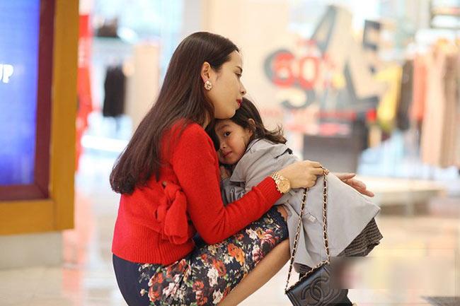 Với vẻ xinh xắn đáng yêu, Mina đi đâu cũng được mọi người quí mến cưng chiều.