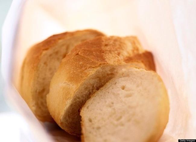 8. Bánh mỳ cũ  Sử dụng bánh mỳ cũ để làm sạch các loại máy xay của bạn, chẳng hạn như máy xay gia vị, máy xay cà phê... Bánh mỳ sẽ hút sạch toàn bộ lượng bột còn sót lại và cả mùi của chúng.