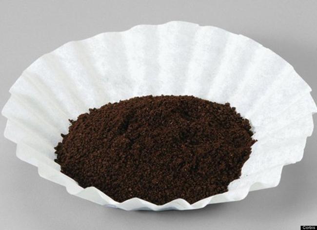 9. Bã cà phê  Sử dụng bã cà phê như chất rửa tay hoặc làm sạch các bề mặt dính nhiều dầu mỡ. Bạn cũng có thể sử dụng bã cà phê để khử mùi tủ lạnh.
