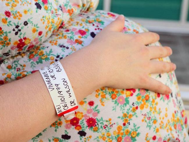 """Trong những năm gần đây, xu hướng các mẹ chọn đẻ mổ không ngừng gia tăng. Theo số liệu thống kê tại các bệnh viện phụ sản lớn trên toàn thế giới, số lượng sản phụ chọn đẻ mổ chiến từ 10-30%. Ngoài những yếu tố giúp bớt đau, không ảnh hưởng đến """"vùng kín"""" thì rất nhiều trường hợp bắt buộc phải chọn đẻ mổ để đảm bảo an toàn cho cả mẹ và em bé."""