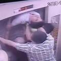 Tin tức - Suýt bị kẹp cổ vì cố thoát khỏi thang máy bị kẹt